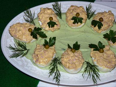 Jajka faszerowane szynką w zielonym sosie