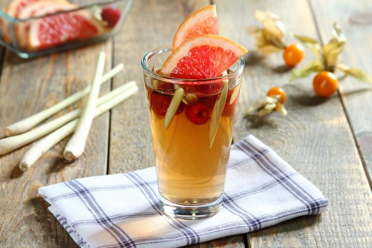 Słodka zielona herbata z melisą, grejpfrutem i trawą cytrynową ...