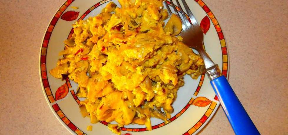 Jajecznica z pieczarkami i żółtym serem. (autor: nogawkuchni ...