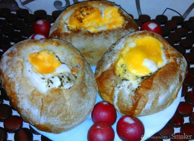 Bułka zapiekana z jajkiem sadzonym i mozarellą