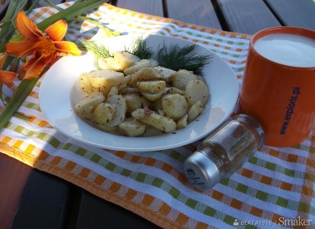 Młode ziemniaki z kwaśnym mlekiem