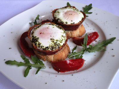 Miseczki z salami z jajkiem na grzance
