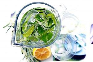 Orzeźwiająca woda źródlana  prosty przepis i składniki