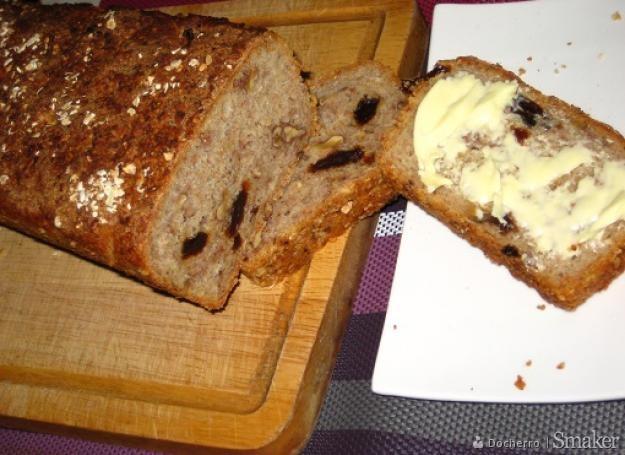 Chleb z orzechami i rodzynkami.
