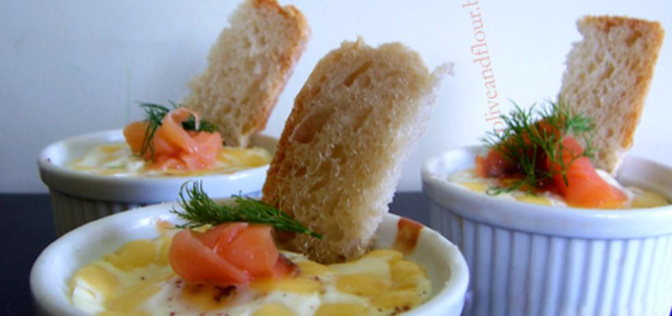 Jajka zapiekane z fetą i łososiem. (autor: mico)