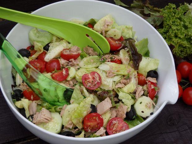 Przepis  lekka kolorowa sałatka z tuńczykiem przepis