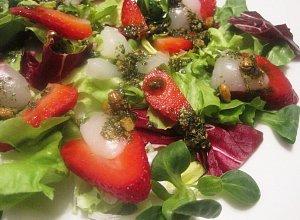 Sałatka z liczi i truskawkami  prosty przepis i składniki