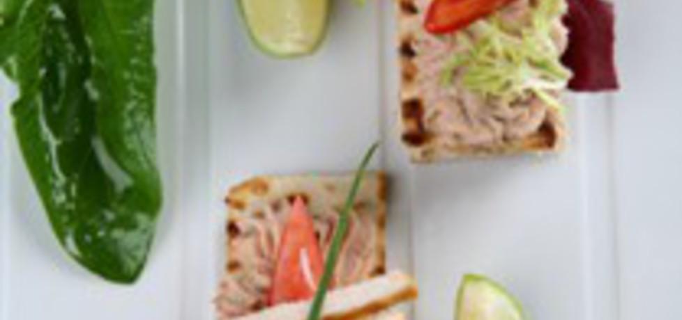 Sandwich z pastą z tuńczyka i grillowaną piersią kurczaka (autor ...