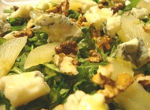 Chrupiąca sałatka z rukoli z gruszkami, serem gorgonzola i włoskimi ...