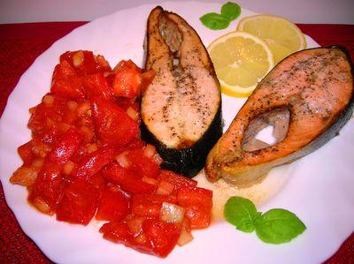 Pieczony łosoś z salsą pomidorowo