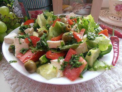 Kolorowa sałatka z mozzarellą i oliwkami