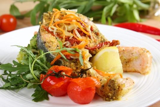Łosoś z grilla na warzywach