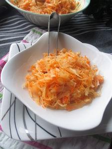 Surówka z kapusty kiszonej i marchewki