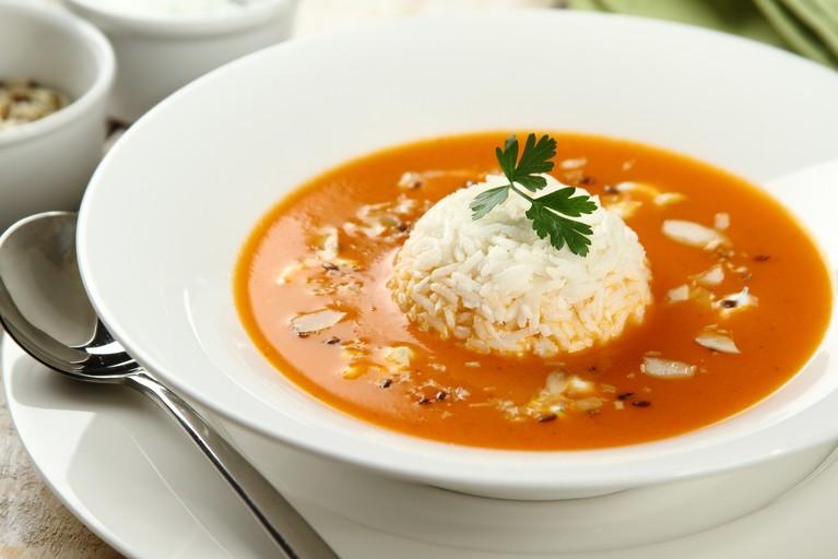 Zupa pomidorowa z ryżem i posypką z migdałów