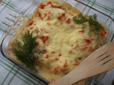Dorsz zapiekany z pieczarkami i papryką w sosie serowo