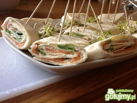 Przepis  koreczki w tortilli z łososiem przepis
