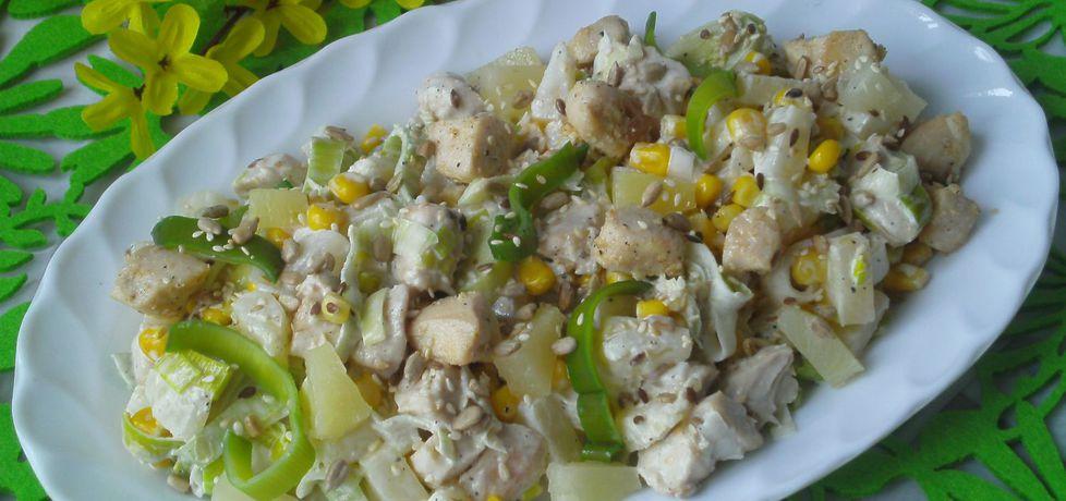 Sałatka z kurczakiem, porem, ananasem i ziarenkami (autor ...