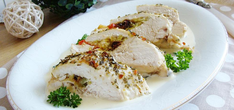 Kieszonki z kurczaka nadziewane warzywami w sosie serowym ...