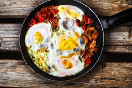 Jajka sadzone na warzywach