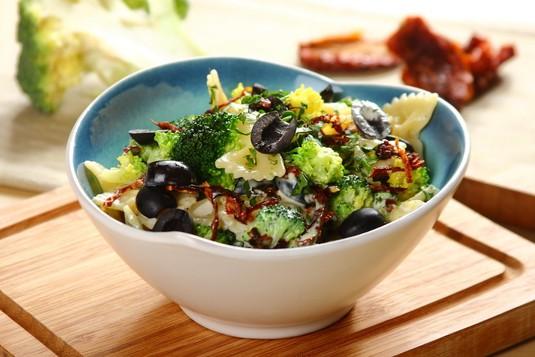 Sałatka makaronowa z gotowanymi brokułami