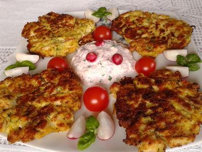 Placuszki kalafiorowe z kurczakiem,mozzarellą i sosem z rzodkiewek