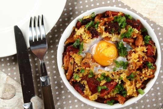 Kasza jaglana zapiekana z jajkiem i chorizo