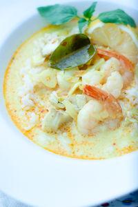 Tajska zupa rybna z mleczkiem kokosowym, dorszem i krewetkami ...