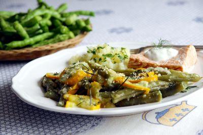 Żółta cukinia z ziołami, fasolką szparagową i sezamem ...