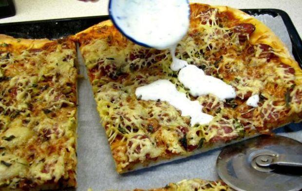 Przepis  pizza z wiejską kiełbasą przepis