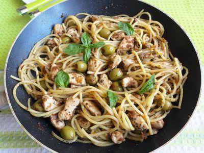Spaghetti z kurczakiem i oliwkami z patelni