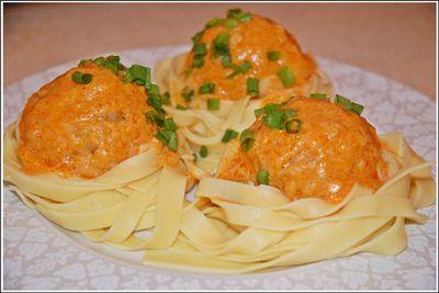 Pulpety z ryżem i marchewką w sosie pomidorowym