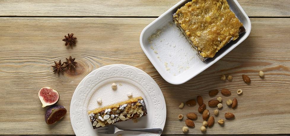Różne smakołyki: ciasto korzenne z migdałami i dżemem morelowym