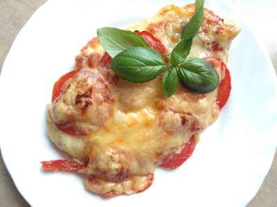 Filet z kurczaka zapiekany z mozzarella i pomidorami ...