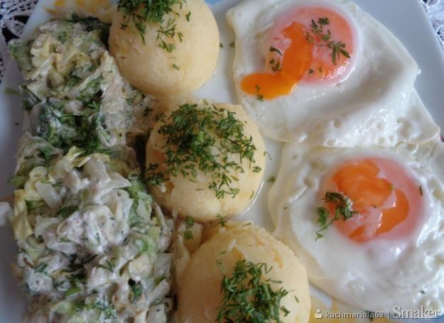 Jaja sadzone, ziemniaki i sałata lodowa w śmietanie.