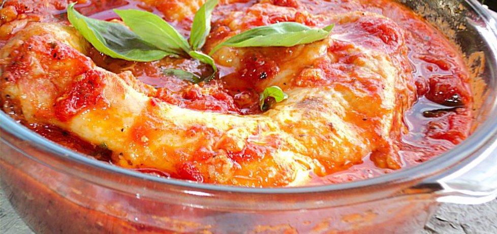 Udka duszone w pomidorach z pieczoną pepperoni i ziołami (autor ...