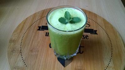 Zielony koktajl z jarmużem i szpinakiem