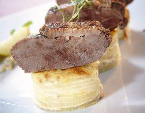 Pieczona pierś z gęsi z ziemniakami au gratin i sosem śliwkowym ...