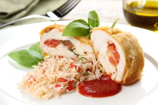 Filety z kurczaka w parmezanowej panierce z pomidorami i serem ...