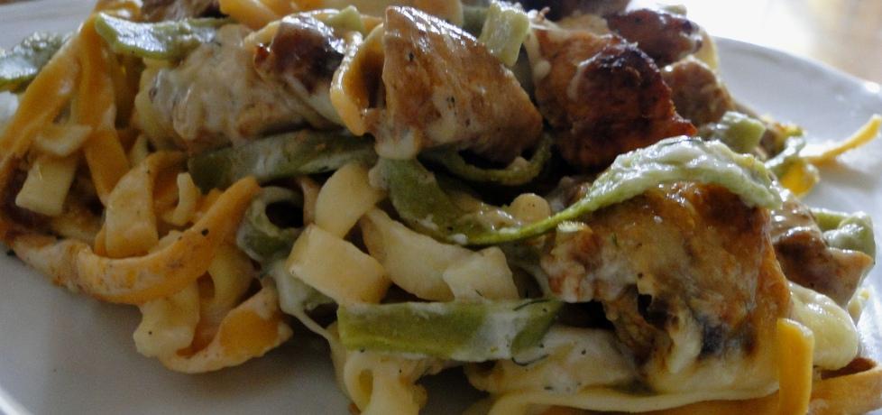 Makaron zapiekany z kurczakiem, żółtym serem i sosem ...