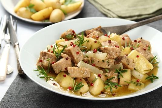 Duszony schab z białą rzodkwią i jabłkami w sosie z syropu ...