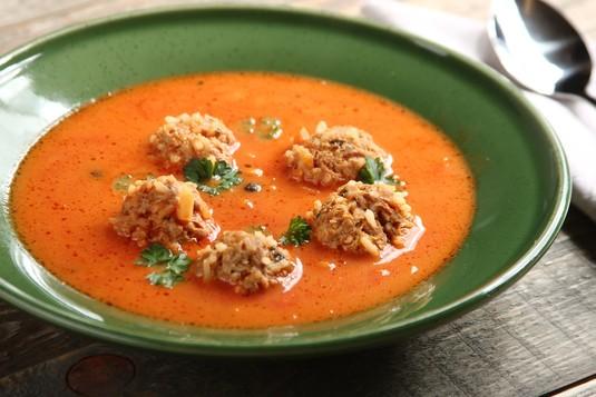 Domowa zupa pomidorowa z mięsnymi kulkami