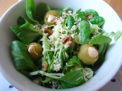 Sałatka z oliwkami i migdałami