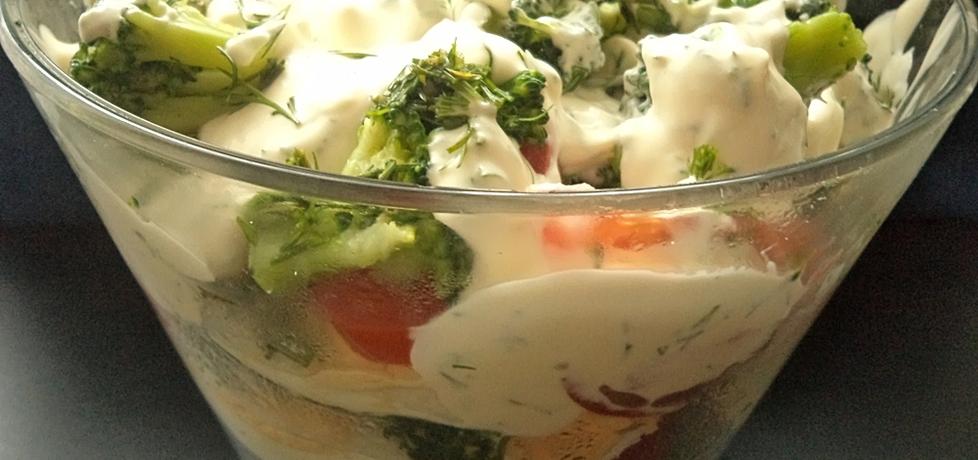Sałatka warstwowa z brokuła , jajek i pomidora (autor ...