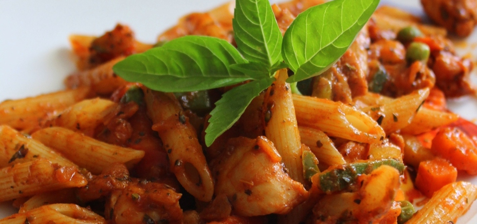 Penne z kurczakiem, warzywami na patelnię w sosie pomidorowym ...