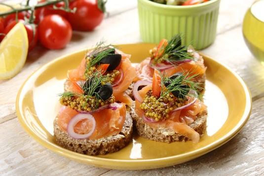 Dekoracyjne kanapki z wędzonym łososiem