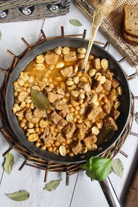 Gulasz z szynki z ciecierzycą i pieczarkami
