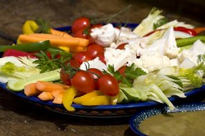 Surowe warzywa z sosem anchois