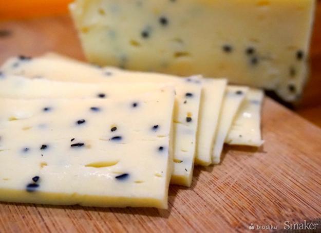 Żółty ser z czarnuszką