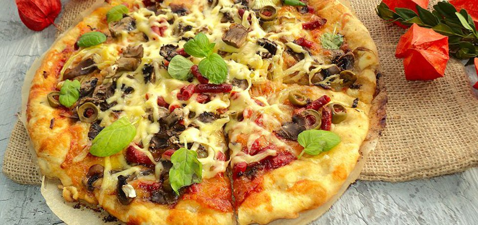 Pizza z kabanosem długo dojrzewajacym mozarellą pieczarkami ...