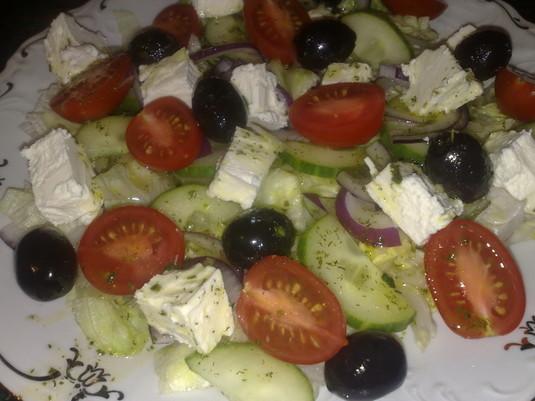 Sałatka grecka z sosem winegret jak zrobić?  zobacz na ...